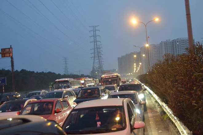 Cao tốc Pháp Vân- Cầu Giẽ ùn tắc kéo dài chưa từng thấy, trạm thu phí phải xả - Ảnh 1.