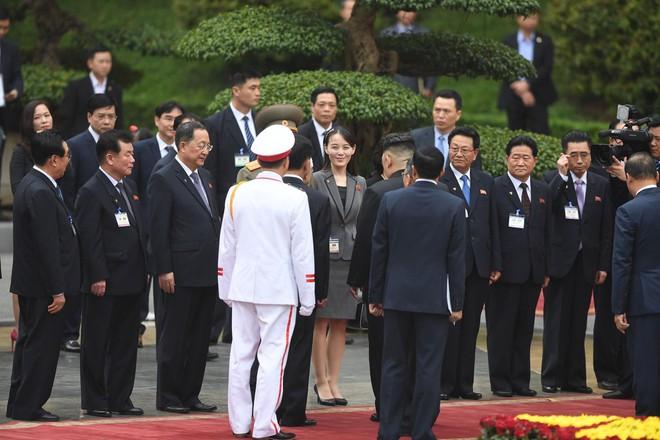 Em gái ông Kim Jong Un duyên dáng nhận hoa trong lễ đón chính thức tại Phủ chủ tịch - Ảnh 3.