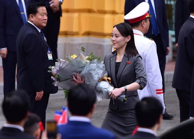 Em gái ông Kim Jong Un duyên dáng nhận hoa trong lễ đón chính thức tại Phủ chủ tịch - Ảnh 4.