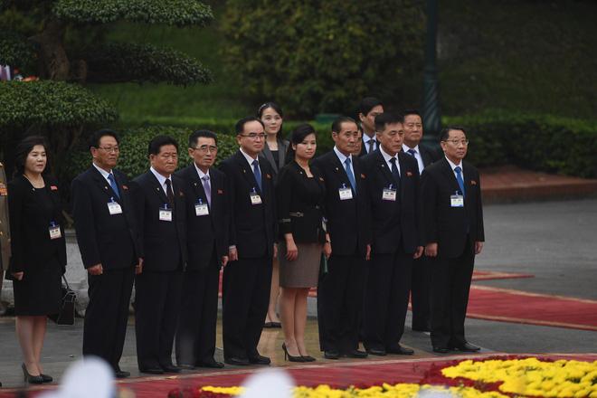 Em gái ông Kim Jong Un duyên dáng nhận hoa trong lễ đón chính thức tại Phủ chủ tịch - Ảnh 1.