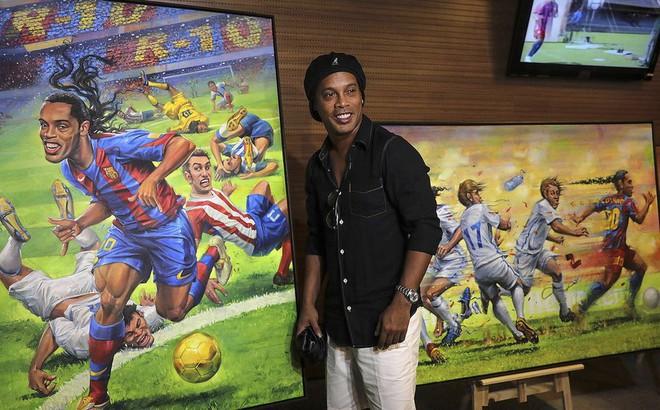 Sau ngày giải nghệ, Ronaldinho tươi cười dự triển lãm về chính mình