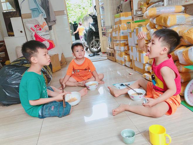 Chụp ảnh bên 5 đứa trẻ, bà mẹ 9x bỗng thành người mượn con hàng xóm câu like và sự thật đằng sau - Ảnh 4.