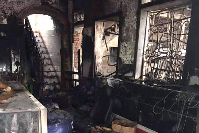 Nghe tiếng hô hoán, 6 người đang ngủ chạy thoát khỏi căn nhà cháy dữ dội lúc 1h sáng - Ảnh 3.