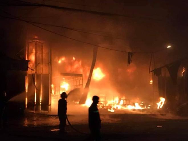Nghe tiếng hô hoán, 6 người đang ngủ chạy thoát khỏi căn nhà cháy dữ dội lúc 1h sáng - Ảnh 4.