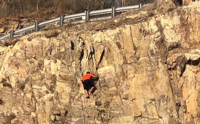Leo lên đồi Con Heo bằng tay không, thanh niên rơi xuống vực sâu 30m