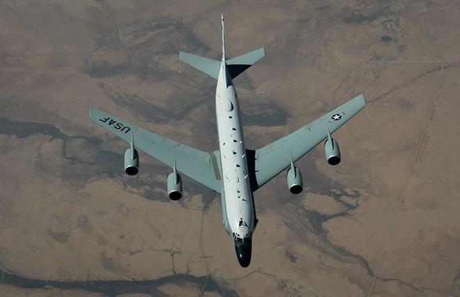Tận thấy tiêm kích Nga dằn mặt máy bay do thám Mỹ - Ảnh 1.