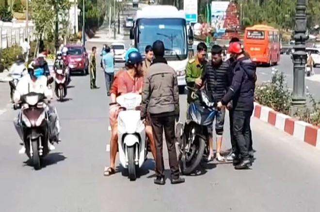 Bắt 2 đối tượng cướp túi khách nước ngoài ở Đà Lạt - Ảnh 1.