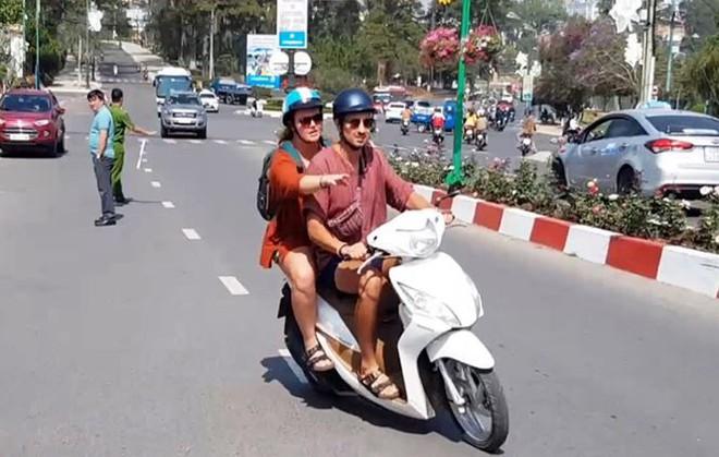 Bắt 2 đối tượng cướp túi khách nước ngoài ở Đà Lạt - Ảnh 2.