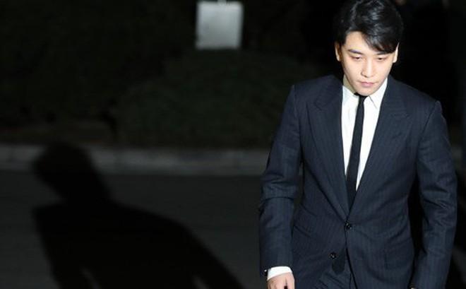 Seungri chính thức thành nghi phạm môi giới mại dâm, hơn 20 cảnh sát tiến hành truy bắt và lục soát club người lớn
