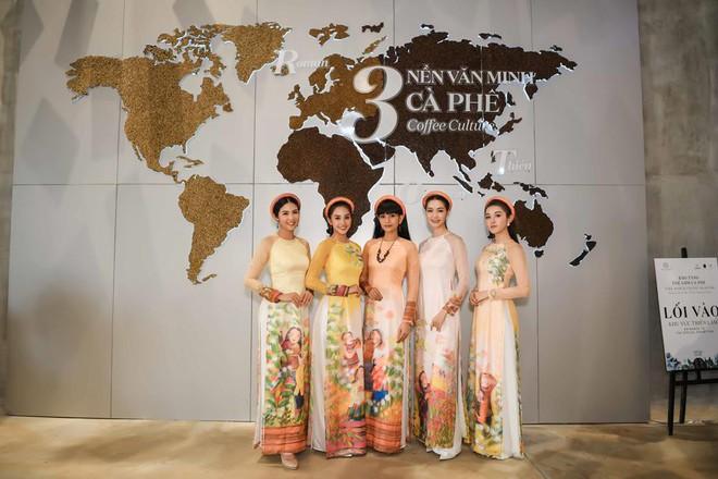 Các hoa hậu, á hậu dự triển lãm Lịch sử cà phê thế giới tại Bảo tàng thế giới cà phê - Ảnh 1.