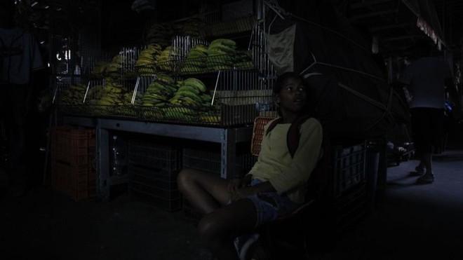 Thảm họa điện năng Venezuela: Người có tiền thuê khách sạn 5 sao lánh nạn, dân nghèo xếp hàng múc nước giếng - Ảnh 1.