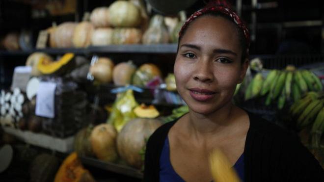 Thảm họa điện năng Venezuela: Người có tiền thuê khách sạn 5 sao lánh nạn, dân nghèo xếp hàng múc nước giếng - Ảnh 2.