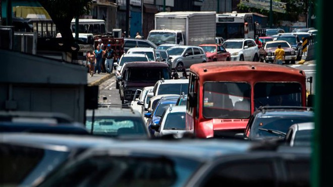 Thảm họa điện năng Venezuela: Người có tiền thuê khách sạn 5 sao lánh nạn, dân nghèo xếp hàng múc nước giếng - Ảnh 3.