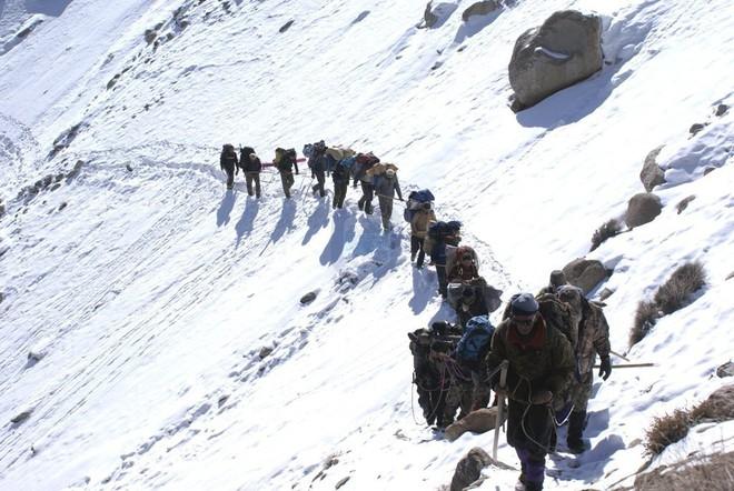 Ngôi làng kỳ lạ tại Pakistan: Phụ nữ muốn leo núi đến kiệt quệ mới thấy hạnh phúc - Ảnh 7.