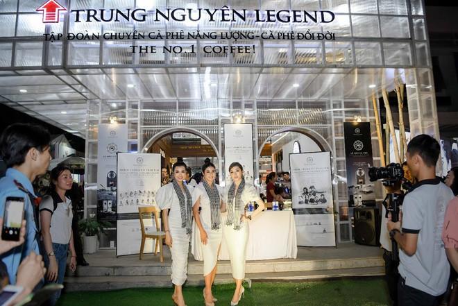 Hoa hậu Ngọc Hân, Á hậu Huyền My, Á hậu Lệ Hằng đã giao lưu và ký tặng sách tại không gian Trung Nguyên Legend - Ảnh 1.