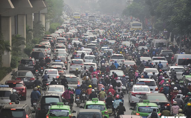 Ảnh: Dòng người len chặt trên tuyến đường Hà Nội dự định cấm xe máy
