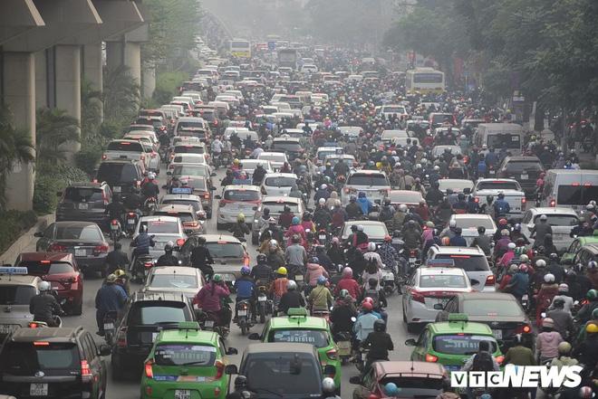 Ảnh: Dòng người len chặt trên tuyến đường Hà Nội dự định cấm xe máy - Ảnh 2.