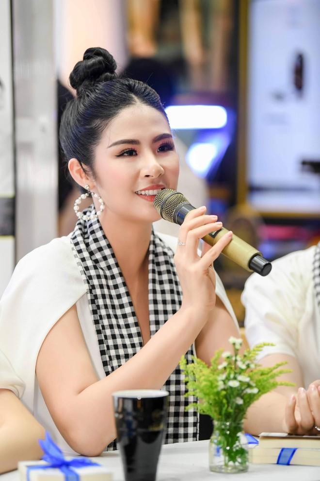 Hoa hậu Ngọc Hân, Á hậu Huyền My, Á hậu Lệ Hằng đã giao lưu và ký tặng sách tại không gian Trung Nguyên Legend - Ảnh 3.