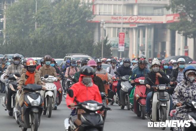 Ảnh: Dòng người len chặt trên tuyến đường Hà Nội dự định cấm xe máy - Ảnh 4.