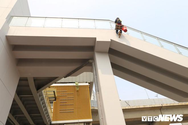 Ảnh: Người nhện đu dây lau rửa ga tàu đường sắt Cát Linh - Hà Đông trước ngày hoạt động - Ảnh 4.