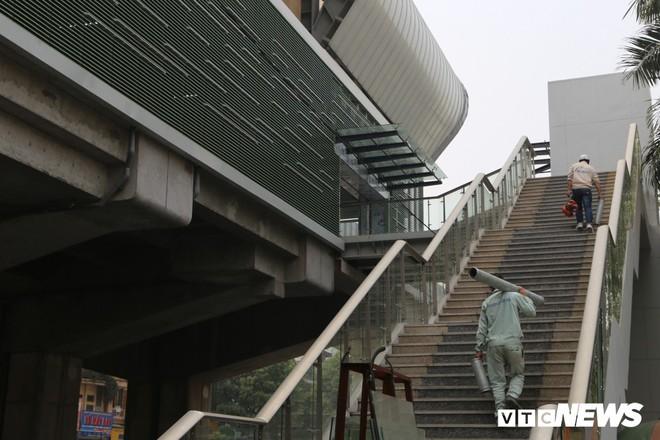 Ảnh: Người nhện đu dây lau rửa ga tàu đường sắt Cát Linh - Hà Đông trước ngày hoạt động - Ảnh 5.