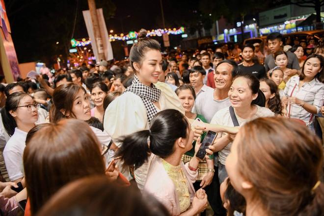 Hoa hậu Ngọc Hân, Á hậu Huyền My, Á hậu Lệ Hằng đã giao lưu và ký tặng sách tại không gian Trung Nguyên Legend - Ảnh 6.