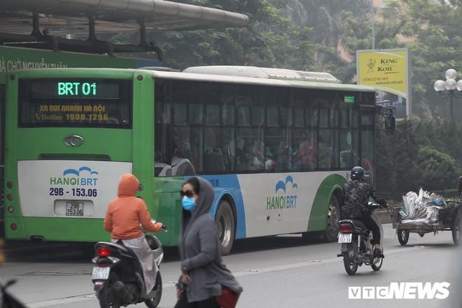 Ảnh: Dòng người len chặt trên tuyến đường Hà Nội dự định cấm xe máy - Ảnh 7.