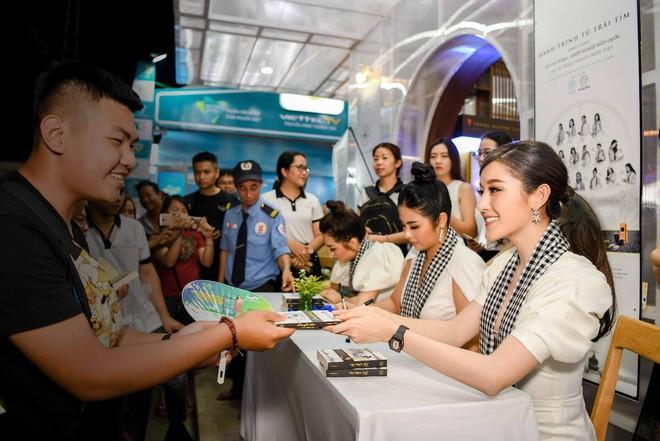 Hoa hậu Ngọc Hân, Á hậu Huyền My, Á hậu Lệ Hằng đã giao lưu và ký tặng sách tại không gian Trung Nguyên Legend - Ảnh 7.