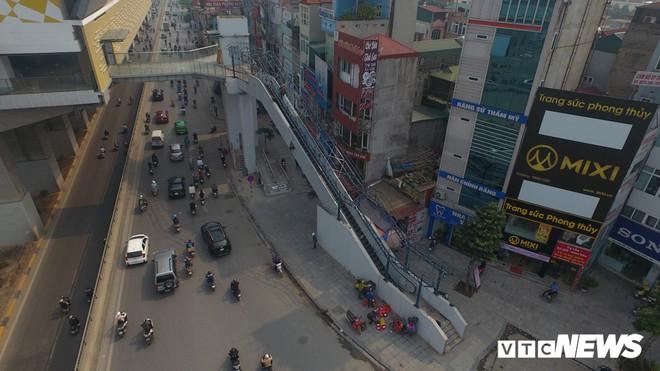 Ảnh: Người nhện đu dây lau rửa ga tàu đường sắt Cát Linh - Hà Đông trước ngày hoạt động - Ảnh 8.