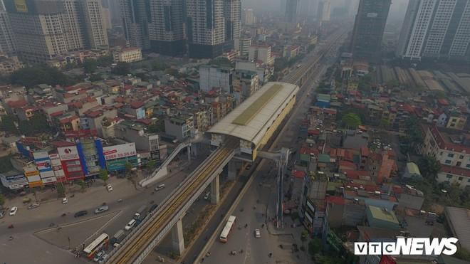 Ảnh: Người nhện đu dây lau rửa ga tàu đường sắt Cát Linh - Hà Đông trước ngày hoạt động - Ảnh 10.