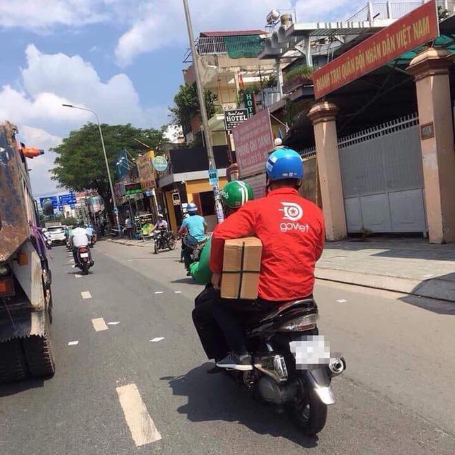 Chỉ một bức ảnh chụp giữa đường, tài xế xe ôm gây hoang mang với trang phục đặc biệt - Ảnh 2.