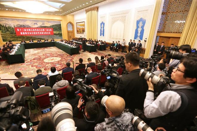 Quốc hội TQ nóng rực khi đoàn Tân Cương họp báo, lần đầu nói về số phận các trại tập trung - Ảnh 1.