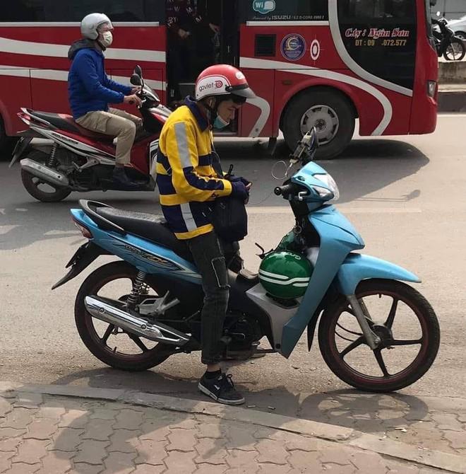 Chỉ một bức ảnh chụp giữa đường, tài xế xe ôm gây hoang mang với trang phục đặc biệt - Ảnh 1.
