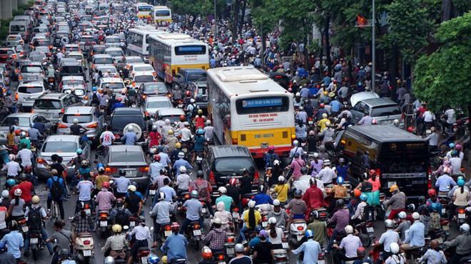 Đề xuất cấm xe máy trên đường Lê Văn Lương, Nguyễn Trãi: Tại sao không cấm ô tô cá nhân? - Ảnh 1.