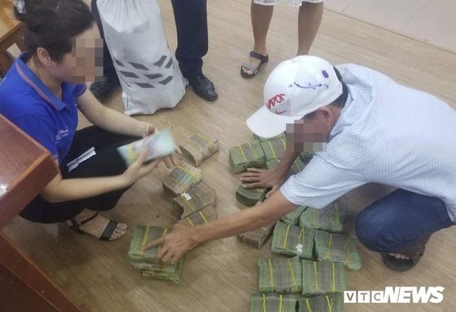 Giá đất 'sốt' hầm hập, người Đà Nẵng vác từng bao tiền đi mua đất - Ảnh 2.