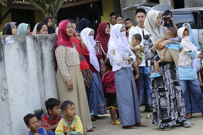Tổng thống Indonesia đón công dân được thả trong nghi án Kim Jong-nam trở về - Ảnh 6.