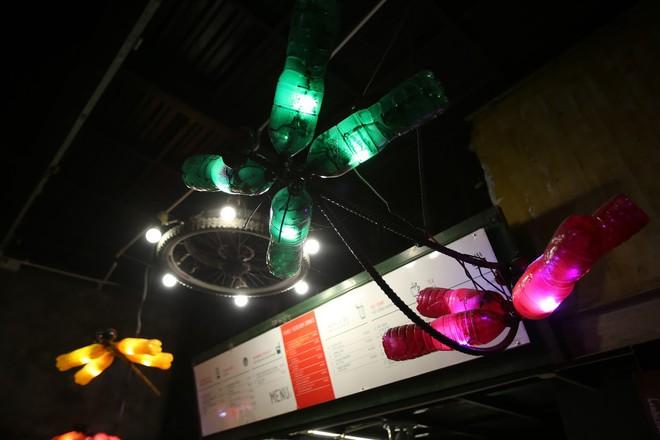 Quán cà phê có 1-0-2 khu phố cổ Hà Nội, khách ùn ùn đến cho rác - Ảnh 4.