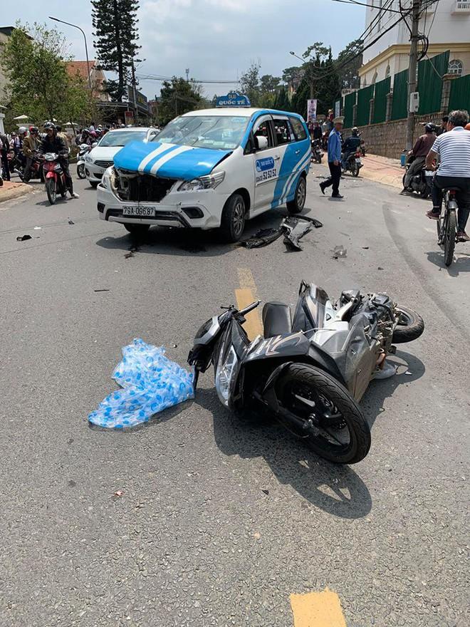 Tài xế xăm trổ nhảy múa bên vô lăng sau khi gây tai nạn: Nhiều xe hư hỏng nặng - Ảnh 1.