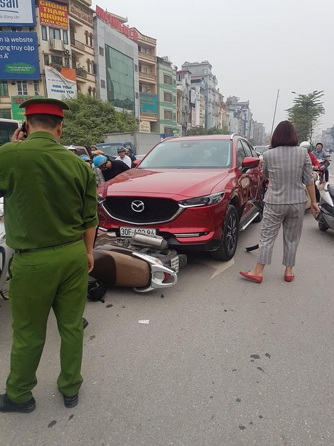 Hiện trường tai nạn xe Mazda đâm liên hoàn nhiều xe máy, tài xế nghi là nữ - Ảnh 1.