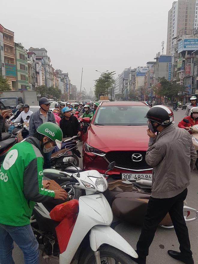 Hiện trường tai nạn xe Mazda đâm liên hoàn nhiều xe máy, tài xế nghi là nữ - Ảnh 3.
