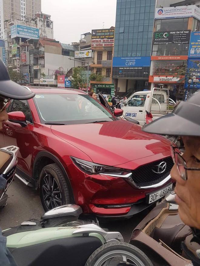 Hiện trường tai nạn xe Mazda đâm liên hoàn nhiều xe máy, tài xế nghi là nữ - Ảnh 4.