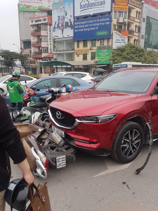Hiện trường tai nạn xe Mazda đâm liên hoàn nhiều xe máy, tài xế nghi là nữ - Ảnh 5.