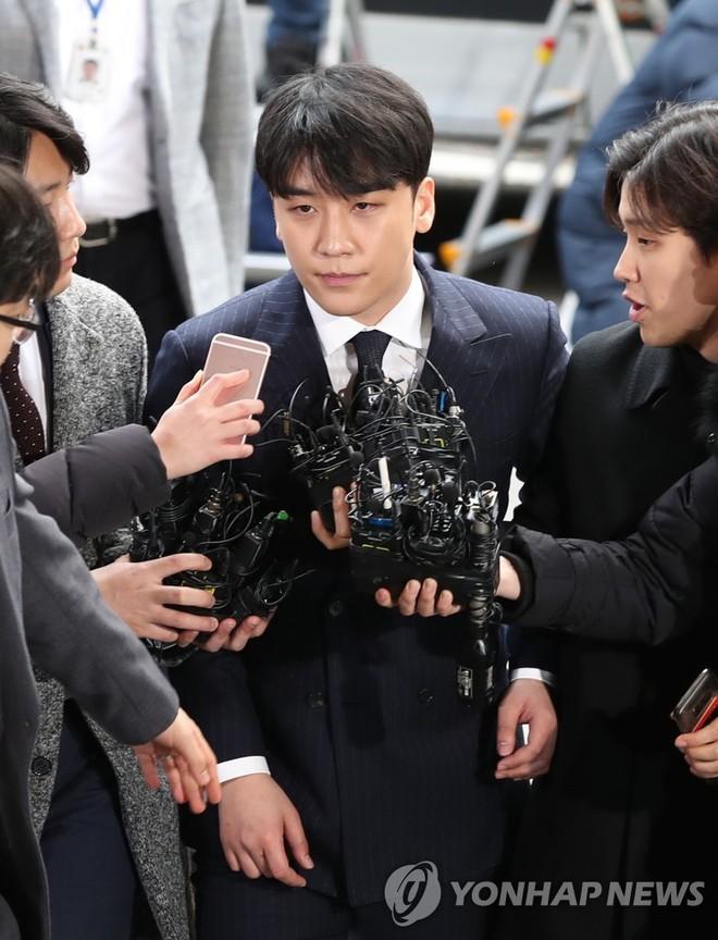 Clip Seungri chính thức trình diện để thẩm vấn: Vẫn đi xe sang nhưng tiều tuỵ hẳn, mắt đỏ rưng rưng xin lỗi nạn nhân - Ảnh 14.