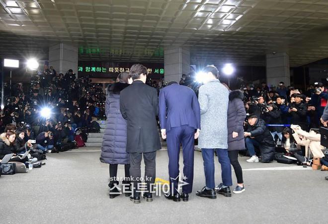 Clip Seungri chính thức trình diện để thẩm vấn: Vẫn đi xe sang nhưng tiều tuỵ hẳn, mắt đỏ rưng rưng xin lỗi nạn nhân - Ảnh 17.