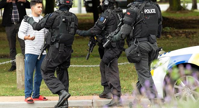 Xuất hiện clip vụ xả súng ở New Zealand khiến 49 người chết: Nghi phạm vừa nã đạn, vừa livestream - Ảnh 6.
