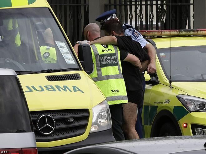 Xuất hiện clip vụ xả súng ở New Zealand khiến 49 người chết: Nghi phạm vừa nã đạn, vừa livestream - Ảnh 9.