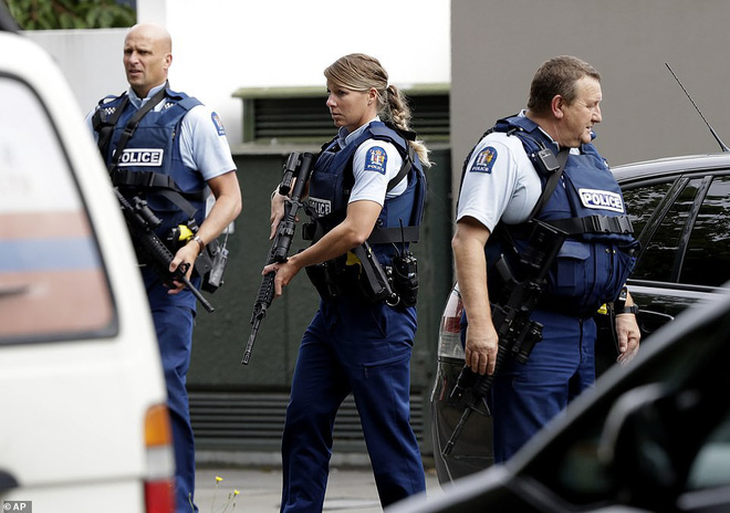 Xuất hiện clip vụ xả súng ở New Zealand khiến 49 người chết: Nghi phạm vừa nã đạn, vừa livestream - Ảnh 10.