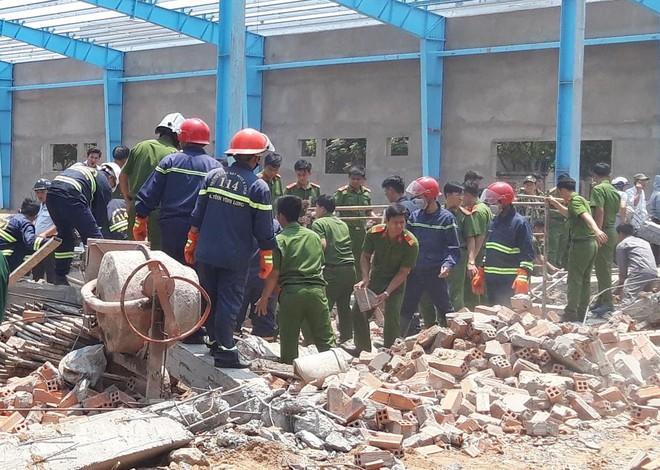 Hiện trường vụ sập tường làm 6 người chết ở Vĩnh Long - Ảnh 4.