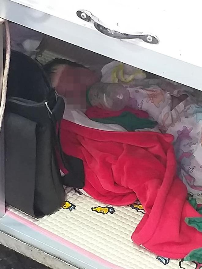 Em bé ngoan ngoãn nằm trong xe bán bánh mì để mẹ mưu sinh gây xúc động mạnh - Ảnh 2.