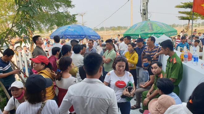 Vụ người dân bao vây đòi sổ đỏ ở Đà Nẵng: Đối thoại căng thẳng dẫn đến xô xát - Ảnh 2.